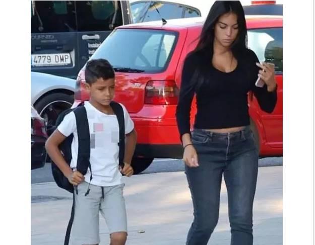 Georgina Rodriguez Tetap Seksi Ketika Antar Anak Sekolah | Sepakbola.id